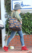 http://img204.imagevenue.com/loc594/th_213984337_Hilary_Duff_shopping5_122_594lo.jpg